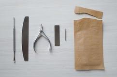 Gebruikend Kraftpapier-zakken voor het steriliseren van manicurehulpmiddelen stock foto's