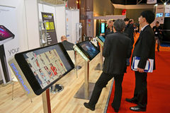 Gebruikers dichtbij moderne monitorlijn, Stock Fotografie