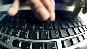 Gebruikerstypes tekst op een computertoetsenbord stock video