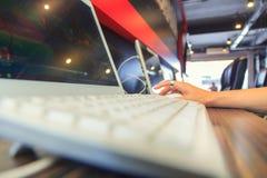 Gebruikscomputer in netto koffie royalty-vrije stock afbeeldingen
