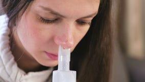 Gebruiksverstuiver en inhaleertoestel voor de behandeling Jonge vrouw die door inhaleertoestelpijp inhaleren voor neus Het gezich stock footage