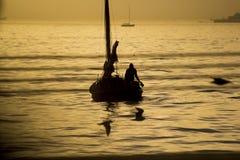Gebruikszeilboot bij zonsondergang Royalty-vrije Stock Afbeeldingen