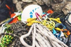 Gebruikt beklimmend materiaal - carabiner zonder krassen, die hamer, witte helm en grijze, rode, groene en zwarte kabel beklimmen royalty-vrije stock foto's
