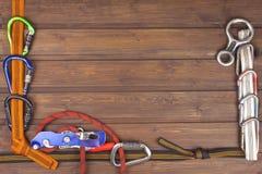 Gebruikt beklimmend toestel op houten achtergrond Adverterende raad van handel Het concept extreme sporten Royalty-vrije Stock Foto's