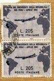 Gebruikt en gereist verticaal paar van Italiaanse grijze Gronchi-zegel van waard 205 Lires royalty-vrije stock afbeeldingen