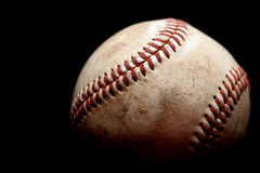 Gebruikt honkbal over zwarte Royalty-vrije Stock Afbeeldingen