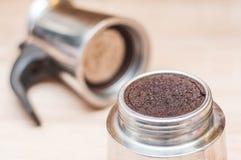 Gebruikt koffiedik na het maken van uw ochtendkoffie in een koffiezetapparaat met een netwerk met een vage lichte achtergrond royalty-vrije stock afbeeldingen