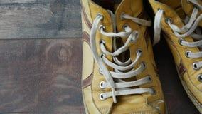 Gebruikt paar gele schoenen stock footage