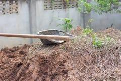 Gebruikt uitgravingsmateriaal Dat de tuinlieden gebruiken Stock Foto's