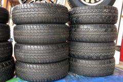 Gebruikte banden in de garage stock afbeelding