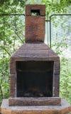 Gebruikte barbecue met bomen en omheining op achtergrond Stock Foto's
