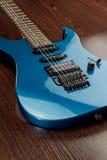 Gebruikte blauwe gitaarverticaal Royalty-vrije Stock Afbeeldingen