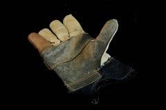Gebruikte de handschoen zwarte achtergrond van het leerwerk royalty-vrije stock afbeeldingen