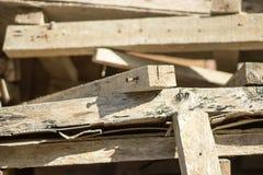 Gebruikte houten planken voor timmerwerk in opslag stock foto