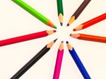 Gebruikte kleurende potloden stock foto's