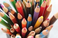Gebruikte kleurpotloden Stock Fotografie