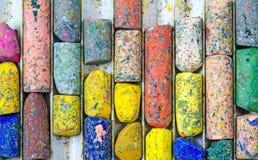 Gebruikte Kleurpotlodenkleur op dienblad stock foto