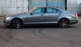 Gebruikte Mercedes-Benz-s-Klasse S350 lange (W221) autotribune op een stree Royalty-vrije Stock Afbeeldingen