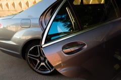 Gebruikte Mercedes-Benz-s-Klasse S350 lange (W221) autotribune op een stree Royalty-vrije Stock Foto's