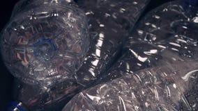 Gebruikte plastic flessen recycleer afvalconcept Het globale Verwarmen en Verontreiniging stock footage