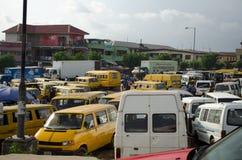 Gebruikte Taxivoertuigen voor verkoop bij de markt in Oshodi stock foto