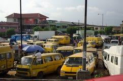Gebruikte Taxivoertuigen voor verkoop bij de markt in Oshodi stock foto's
