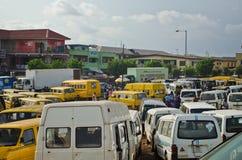 Gebruikte Taxivoertuigen voor verkoop bij de markt in Oshodi stock afbeeldingen