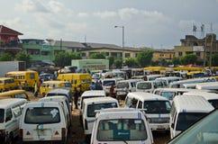 Gebruikte Taxivoertuigen voor verkoop bij de markt in Oshodi stock fotografie