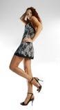 Gebruind model in korte kanten kleding royalty-vrije stock fotografie