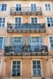 Gebäude mit Balkonen Stockbild