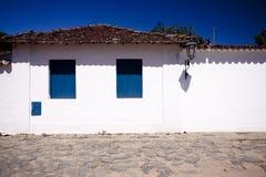 Gebäude mit blauen Fenstern Lizenzfreies Stockfoto