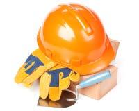 Gebäudeziegelsteine, harter Hut, Trowel und Handschuhe Stockbilder