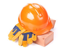 Gebäudeziegelsteine, harter Hut und Handschuhe Lizenzfreie Stockfotos