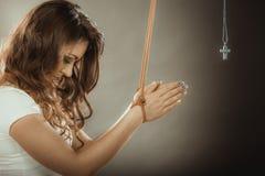 Gebundene Frau gezwungen zu beten Gefälschter Glaube Religion Stockfoto