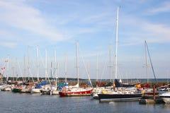 Gebundene oben Segelboote Stockbilder