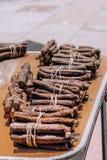 Gebundene Süßholzwurzelstöcke verkauft auf Straße stockbild