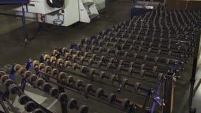 Gebundener Block der Pappe auf Förderer in der modernen Werkstatt stock footage