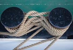 Gebundenes Seil auf Schiff im Hafen lizenzfreies stockfoto
