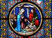 Geburt Christi-Szene. Buntglas Stockfotos