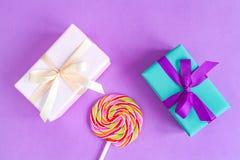 Geburt des Babys - Geschenkbox auf purpurrotem Hintergrund Stockfotografie