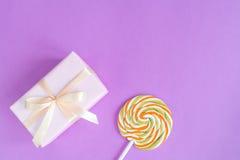 Geburt des Babys - Geschenkbox auf purpurrotem Hintergrund Lizenzfreies Stockfoto