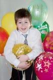 Geburtstag. Der Junge mit Ballonen Stockbild