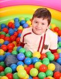 Geburtstag des Jungen in den Farbenkugeln. Stockbild