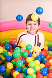 Geburtstag des Jungen in den Farbenkugeln. lizenzfreies stockbild