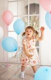 Geburtstag des kleinen Mädchens Stockbild