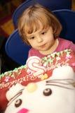Geburtstag des kleinen Mädchens an zweiter Stelle stockfoto