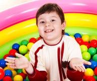 Geburtstag des Spaßjungen in den Farbenkugeln. lizenzfreies stockbild