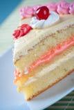 Geburtstag-Erdbeere und Sahne-Kuchen Lizenzfreies Stockbild