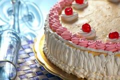 Geburtstag-Erdbeere und Sahne-Kuchen Stockfotos