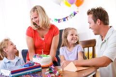 Geburtstag: Familie feiert den Geburtstag des jungen Mädchens Lizenzfreie Stockfotos